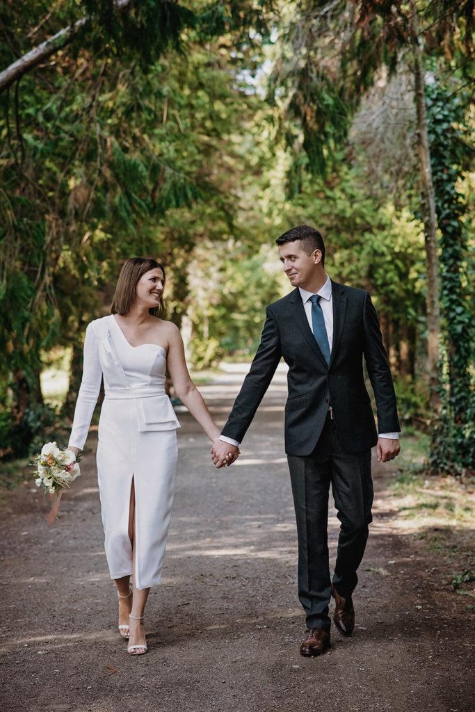 Fotografie de nunta, Tineri casatoriti care se tin de mana
