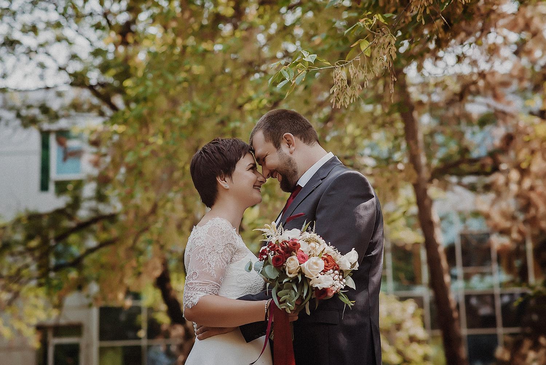 tineri casatoriti, fotografie in parc, Începutul în doi, o amintire de neprețuit