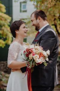 tineri casatoriti cu buchetul de mireasa, Începutul în doi, o amintire de neprețuit