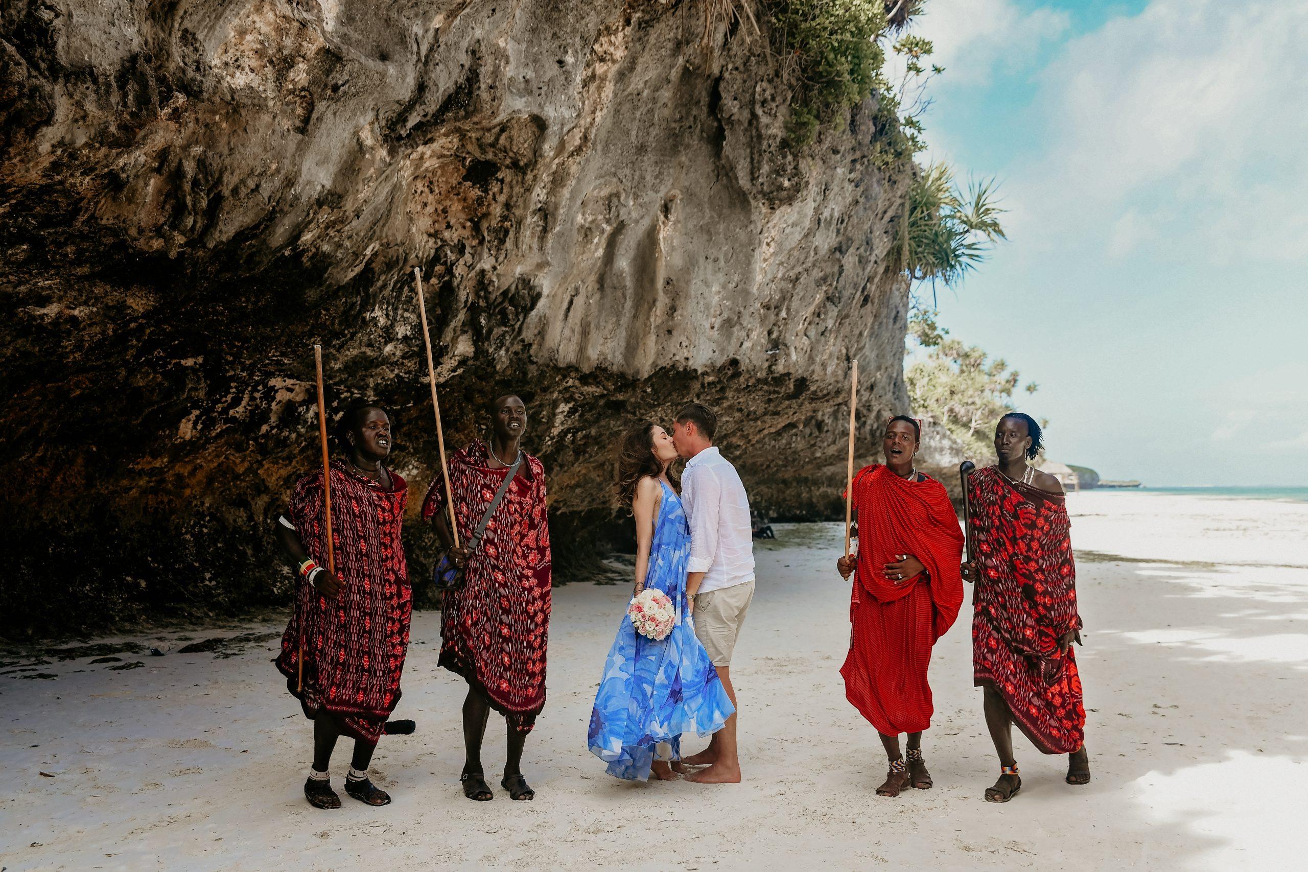 Fotografie de nunta in Zanzibar cu Masai, Ședință foto pe plajă in Zanzibar